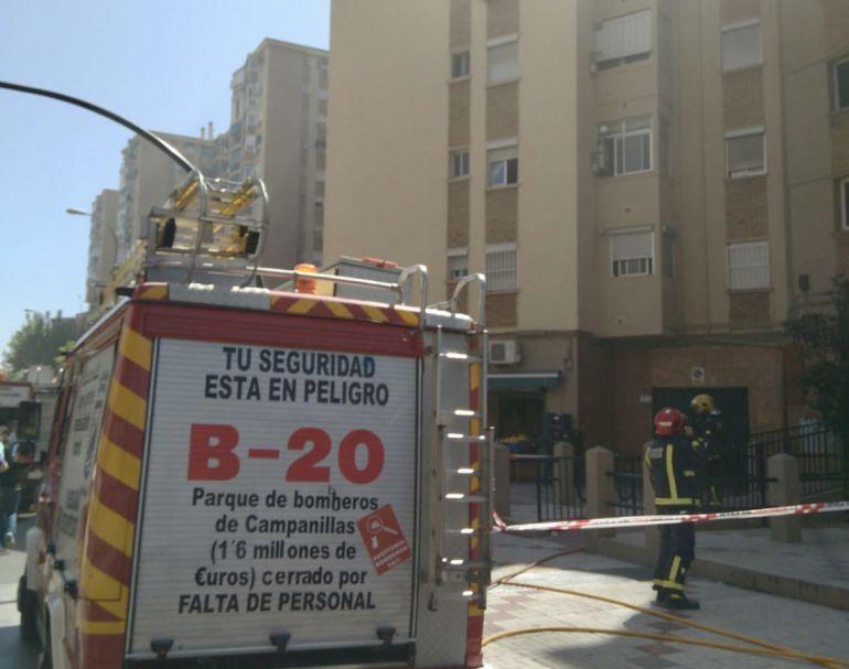 Los operarios municipales actuando contra las llamas en la Avenida de Europa