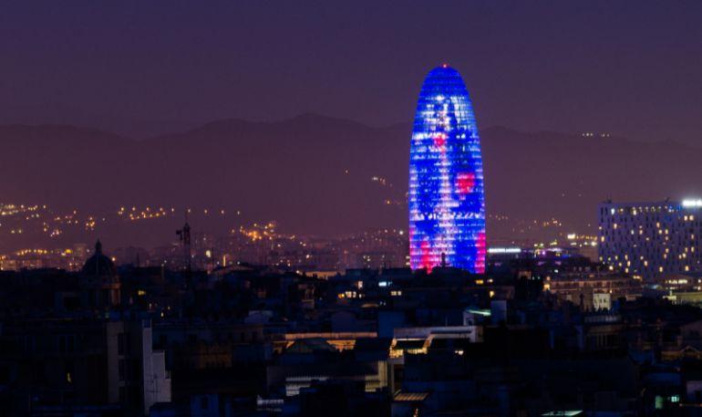 Vista nocturna de la Torre Glòries, on s'ubicarà aquest servei de Facebook contra les 'fake news'