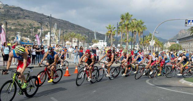 Después de la natación, los participantes deben hacer 20 km en bicicleta