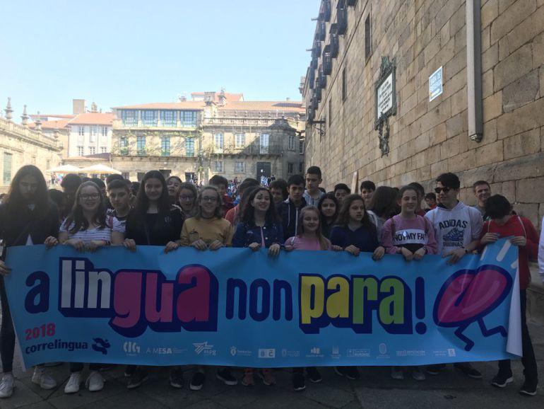 Centos de mozos e mozas gozaron do fin de festa do Correlingua na Praza da Quintana de Santiago