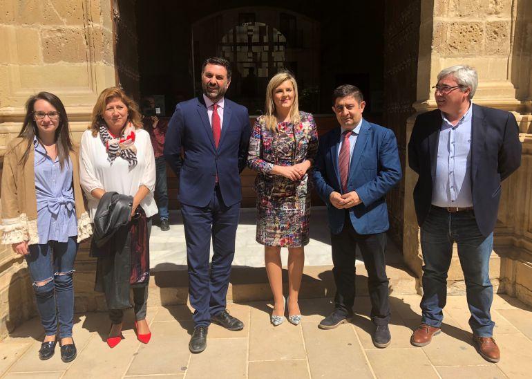 Rocío Poza, Pilar Salazar, Francisco Javier Fernández, Lola Marín, Francisco Reyes y Bartolomé Cruz, en el Ayuntamiento de Baeza