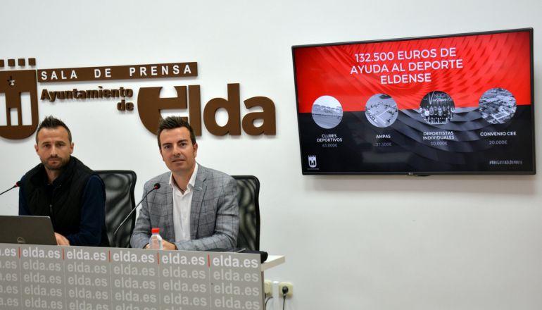 Fernando Gómez (D), edil de Deportes de Elda con el técnico, Chema Martínez