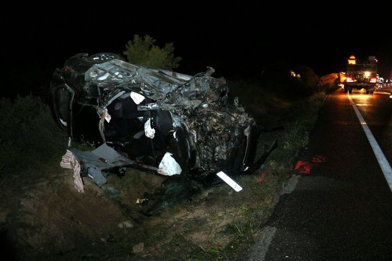 Imatge de vehicle en què viatjaven les dues víctimes mortals, i de la furgoneta que també s'ha vist implicada en l'accident, al fons. Imatge del 6 de maig del 2018. (Horitzontal)