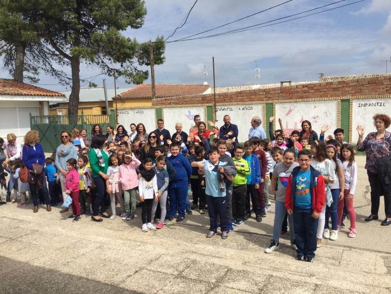 Políticos con la comunidad educativa del Colegio Pintor Cristóbal Ruíz de Villacarrillo en la visita para inaugurar las intervenciones realizadas por valor de 220.000€