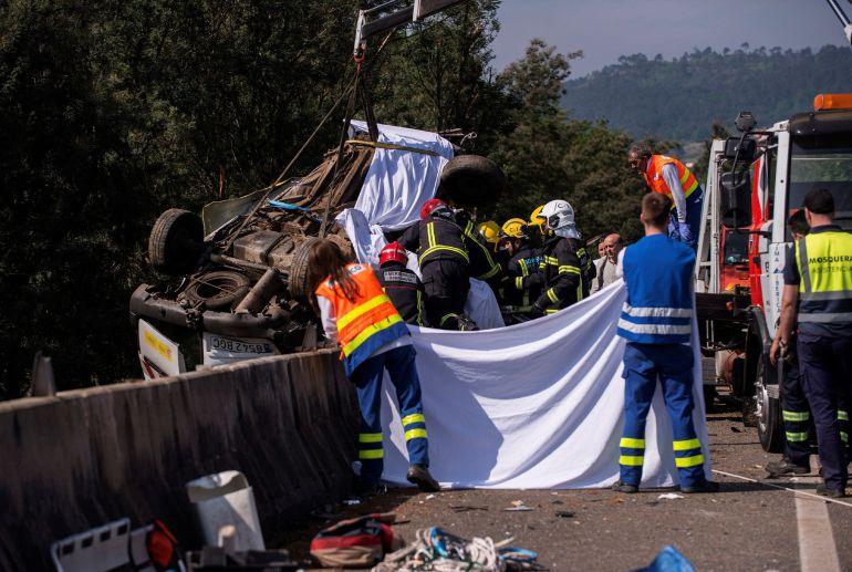 En la imagen, efectivos de bomberos tratan de excarcelar el cuerpo del conductor fallecido.