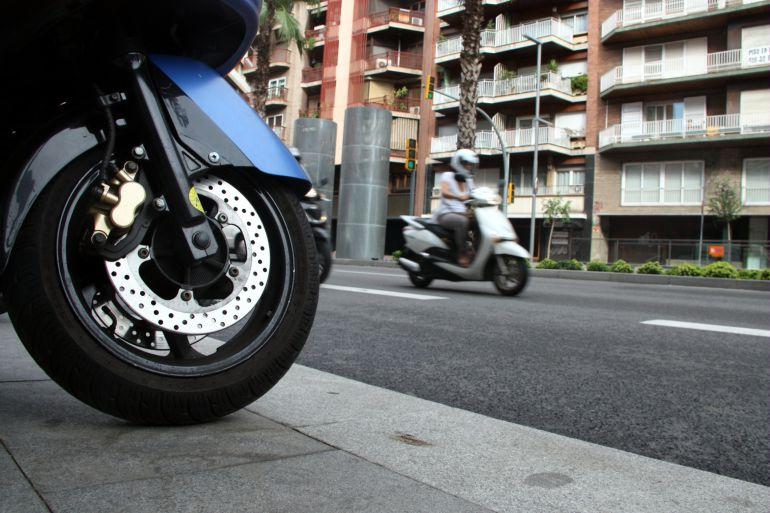 El RACC proposa que les motos puguin anar per la vorera als accessos a Barcelona