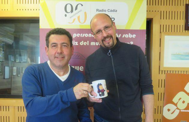 José Manuel Córdoba entrega a Antonio Caro la taza del Doctorado Honoris Cádiz