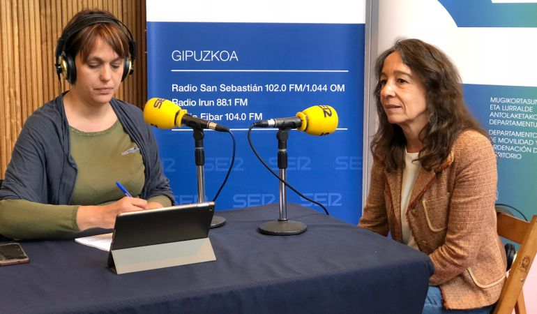 La diputada de Movilidad, Marisol Garmendia (derecha), en el set de Radio San Sebastián.
