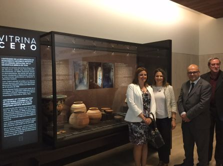 Ana D.Rubia, Ana Cobo y Manuel Fernandez junto a la Vitrina CERO del MAN