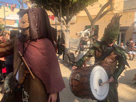 Músicos caracterizados recorriendo las calles de Ibiza
