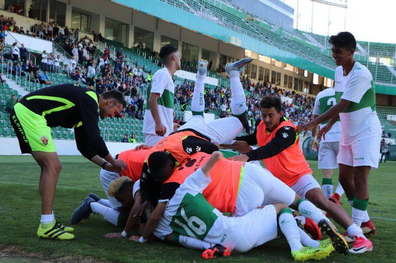 Los jugadores del Ilicitano celebran el 3-0 y la permanencia