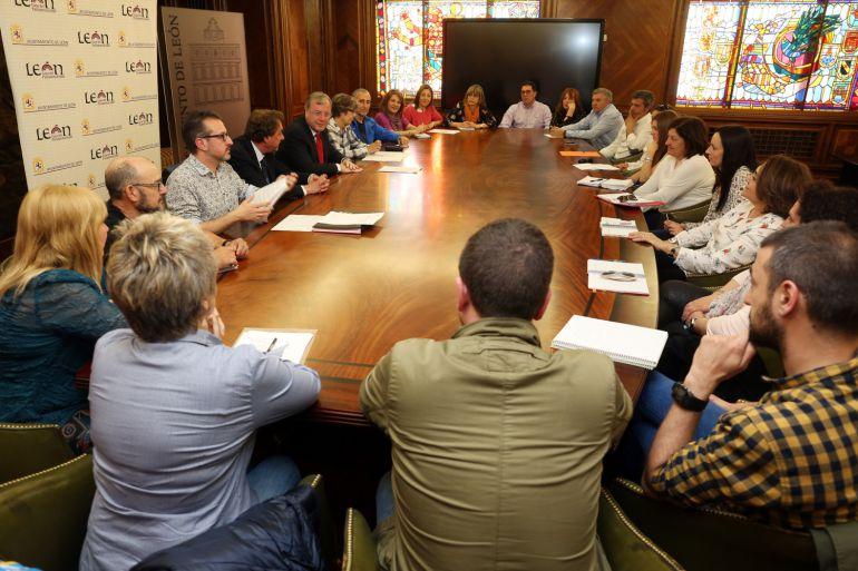 Imagen de la reunión del alcalde con directores de los colegios