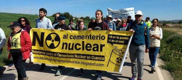 Distintos colectivos antinucleares participaron en la marcha a pie.