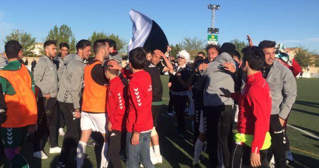El equipo celebra el campeonato al finalizar el encuentro en Casas Ibáñez.