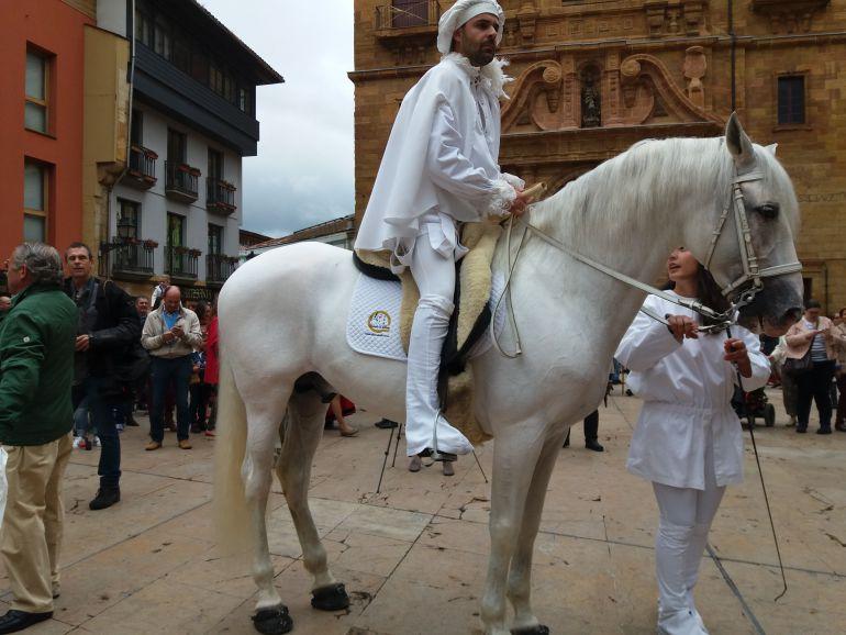 El heraldo de La Balesquida durante el anuncio de la fiesta del año pasado.