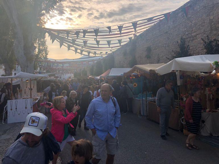 Turistas y residentes en la Eivissa Medieval 2018