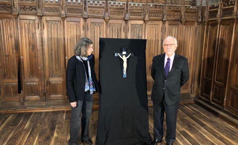 Carmen Norverto y José María Merino junto al Cristo que ha donado