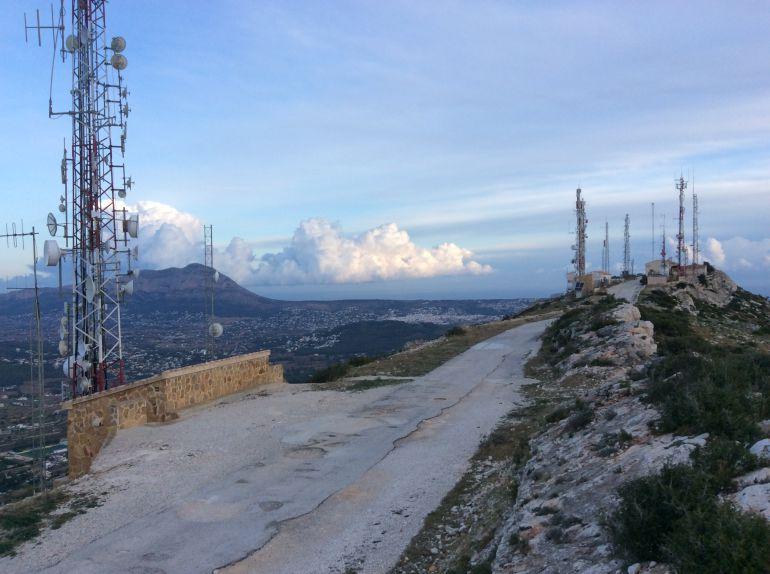 Antenas en la cumbre del Puig de la Llorença.