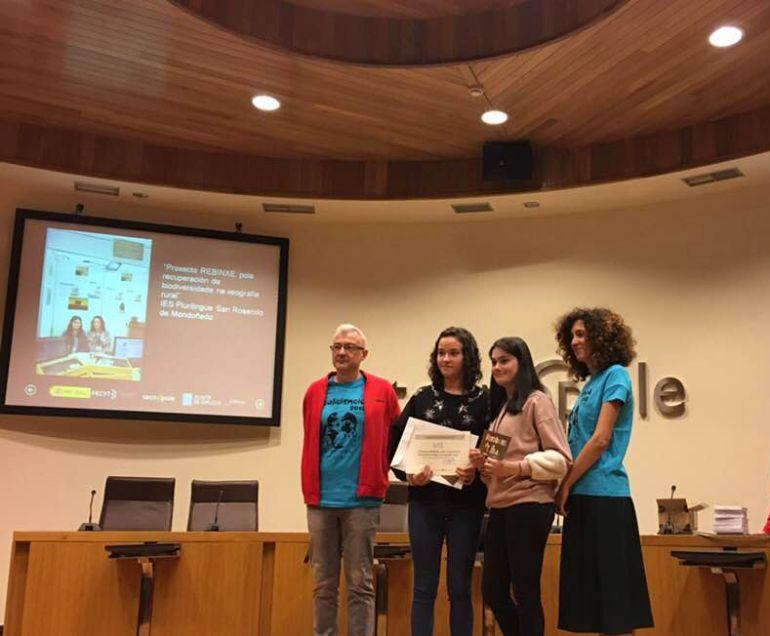 Las alumnas del IES San Rosendo, Maria y Lidia, recogiendo el primer premio del Galiciencia en Ourense.