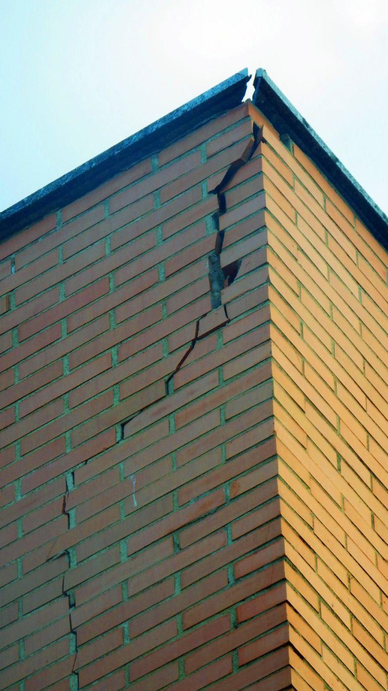 Imagen de la grieta que presenta el edificio debido a los desperfectos, y que puede originar desprendimientos.