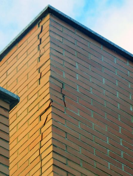 Imagen de la grave grieta que atraviesa el edificio.