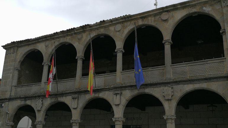 Las banderas del Consistorio bejarano, a media asta.