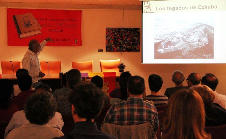 Fermín Ezkieta durante la charla impartida en Cuéllar sobre 'Los fugados de Ezkaba'