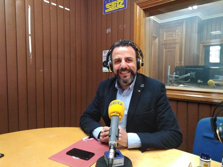 José Luis Blanco en los estudios de SER Guadalajara.