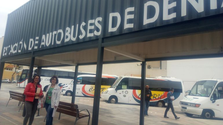 Las concejalas del PP Isabel Gallego y Pepa Sivera, en la nueva estación de autobuses de Dénia.