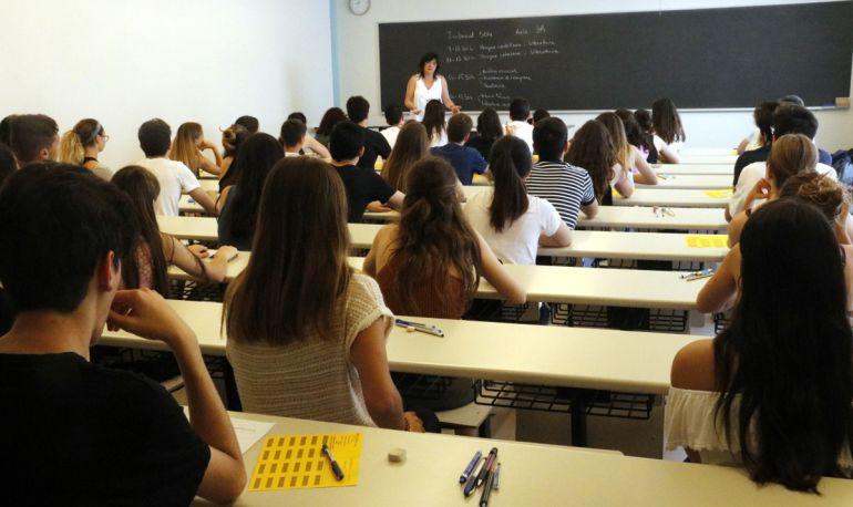 Una professora de secundària fent classe.