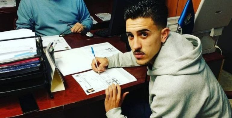 Manu Carrasco firmando como jugador del Xerez CD
