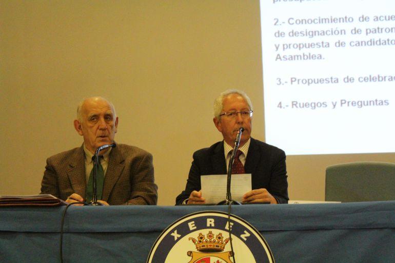 Rafael Coca presidiendo una asmblea general de socios del club