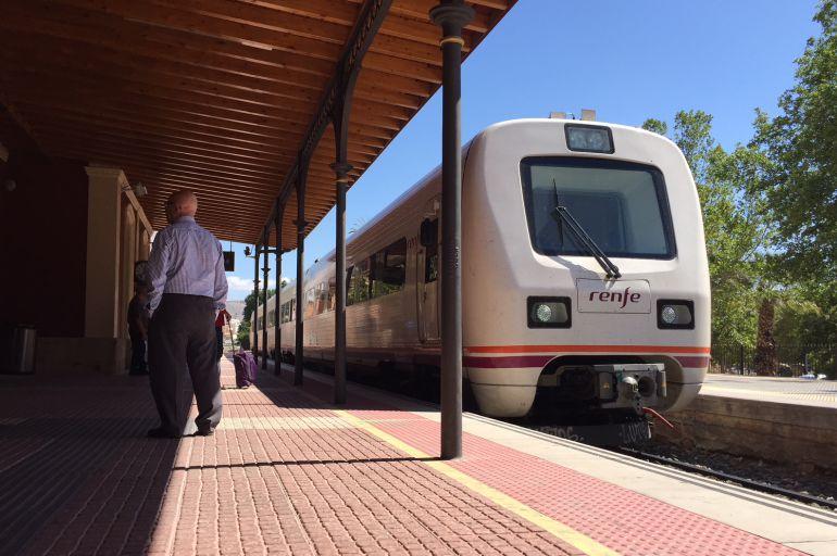 Tren de Cercanías a su entrada a la estación de Lorca-Sutullena