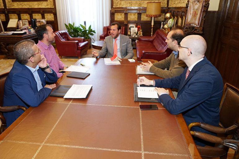 El alcalde de Valladolid se reúne con la Asociación de Usuarios del AVE. Fernando de Pedro (primero a la izquierda de Óscar Puente)