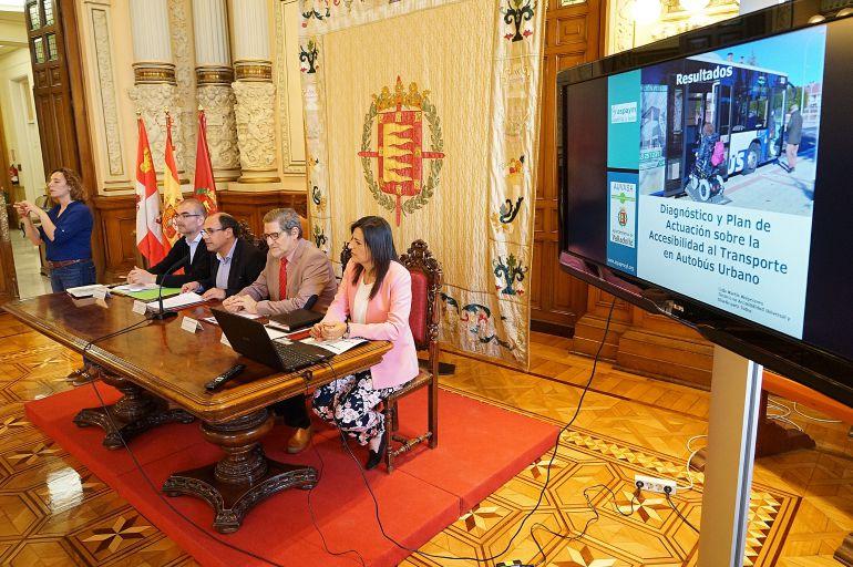 Lidia Martín y Julio Herrero (Aspaym) junto al concejal Luis Vélez y el gerente de AUVASA, Andrés Bernabé. Al fondo la intérprete de lengua de signos