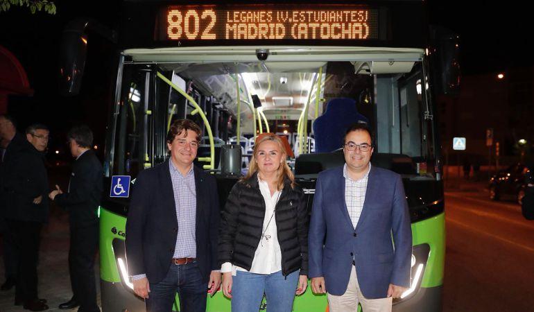 La consejera en funciones de Transportes, Vivienda e Infraestructuras, Rosalía Gonzalo, y los alcaldes de Leganés, Santiago Llorente (d), y Fuenlabrada, Javier Ayala.