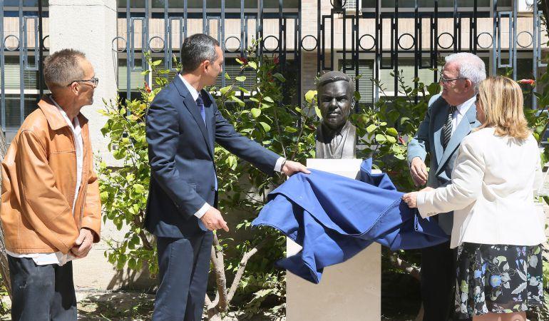 El presidente de la Diputación, César Sánchez, (i) descubre el busto homenaje a Emilio Varela, en los jardines de la Diputación.