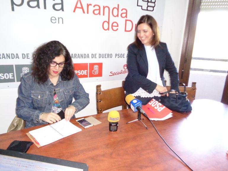 Esther Peña (de pie), diputada por Burgos, y Mar Alcalde, portavoz municipal socialista