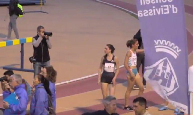 Celia Antón (de negro) mira el crono tras finalizar la prueba en Ibiza.