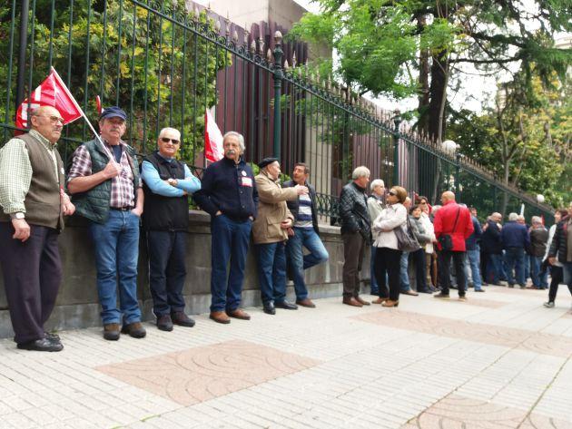 Los pensionistas rodenado el Banco de España. Oviedo, esta mañana