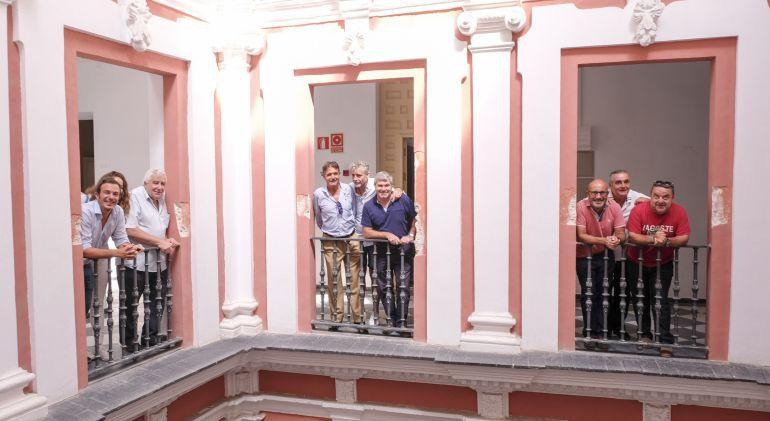 El alcalde posa junto a diferentes representantes del mundo del Carnaval en una visita al Palacio de Recaño, donde irá el museo dedicado a la fiesta