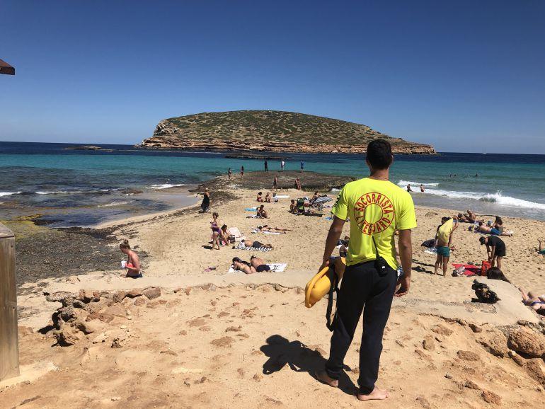 Imagen de uno de los socorristas que vigilan las playas de Sant Josep