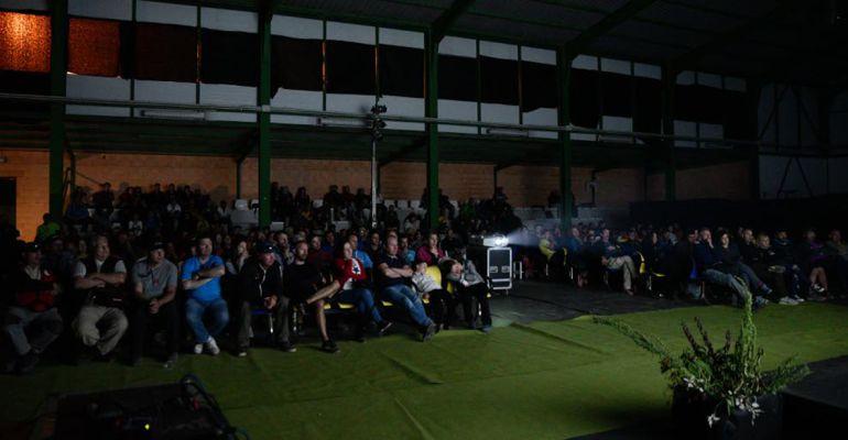Asistentes a una proyección del Festival de Cine celebrado en torno al Festival Internacional del Aire El Yelmo.