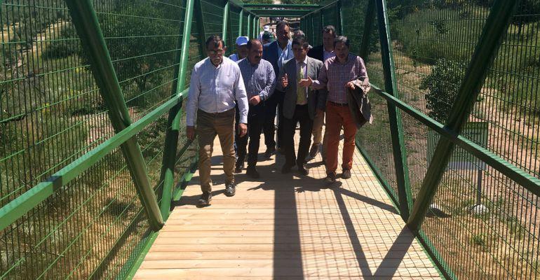 Responsables políticos caminan por la nueva pasarela de la Vía Verde del Aceite a su paso por Alcaudete.