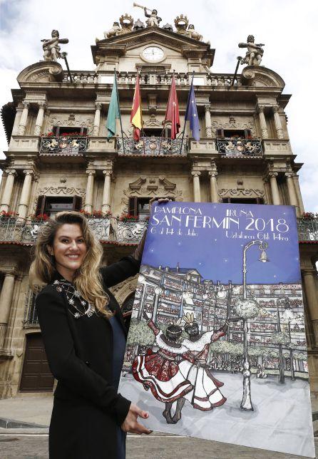 """La pamplonesa Adriana Eransus posa en la Plaza del Ayuntamiento de Pamplona con su cartel titulado """"Pamplona, ciudad de luces"""""""