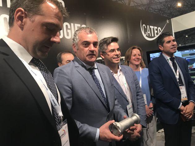 El consejero de Empleo, Javier Carnero, muestra la pieza de impresión 3D junto a responsables del Catec y de la empresa Zero 2 Infinity
