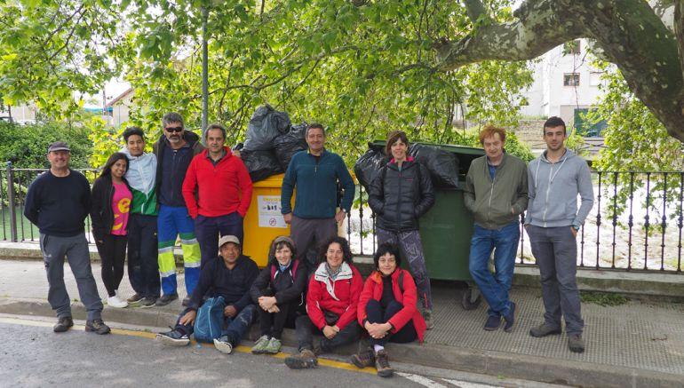 Parte del voluntariado que ha limpiado el río Cidacos en Tafalla