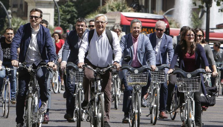 De izquierda a derecha: el regidor de movilidad sostenible, Giuseppe Grezzi; el alcalde Joan Ribó y la vicepresidenta Mónica Oltra