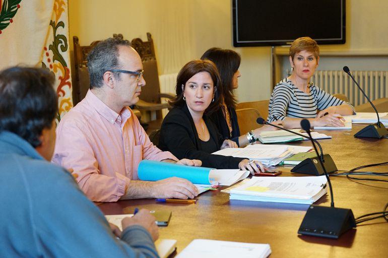 El gerente de Aquavall y la concejala María Sánchez durante el consejo de administración de la entidad pública