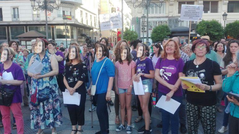 Mujeres con caretas de Dolors Montserrat, ayer en Las Tendillas.